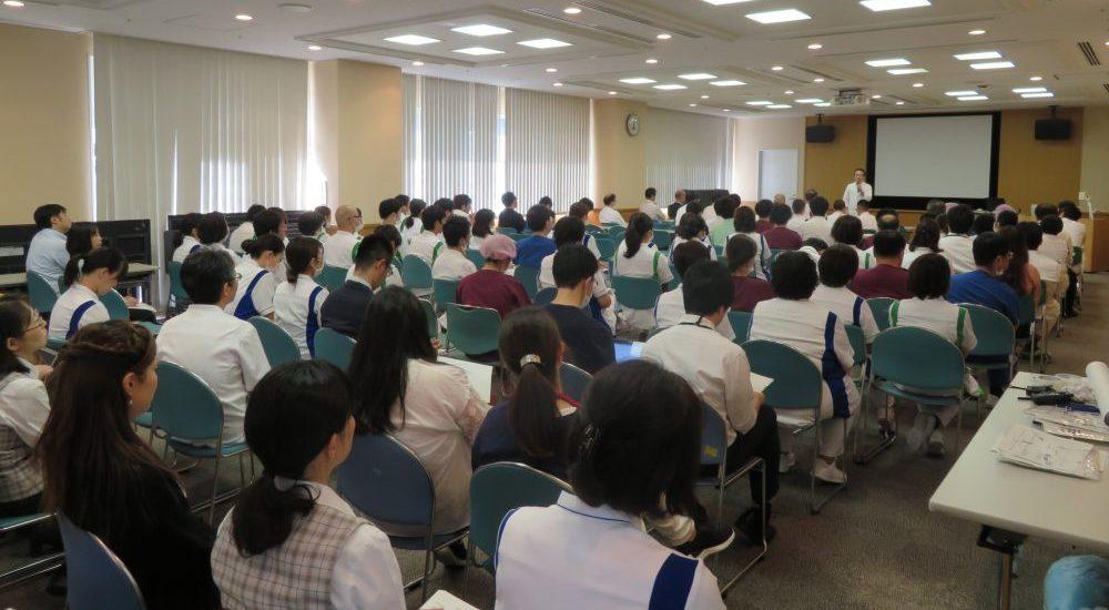 訓練後も全職員が集まり、災害対策本部の幹部からのご意見を共有しました。