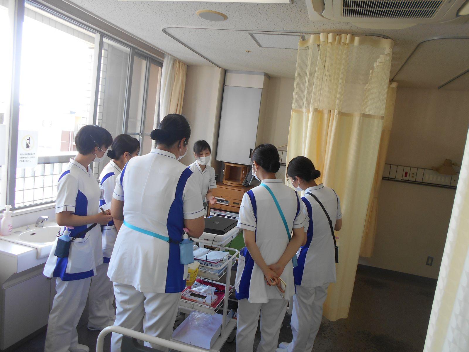 「病室に入る時の手洗いのタイミングは?」 教育担当主任と感染管理認定看護師が、細かいところまで教えています。